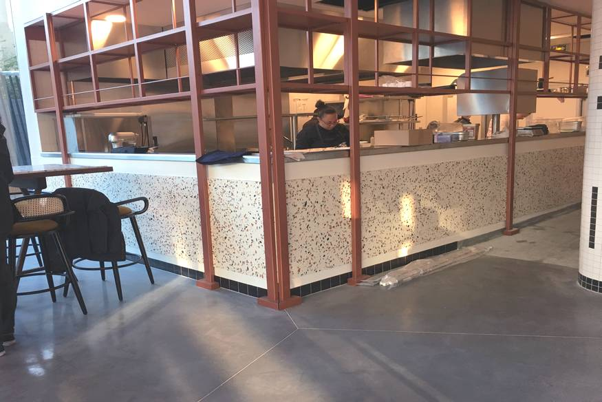 Création d'un bar en Terrazzo orangé et structure cuivrée à Paris